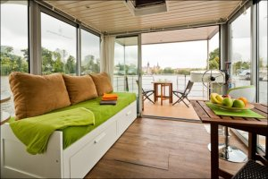 Стильный и комфортный плавучий дом