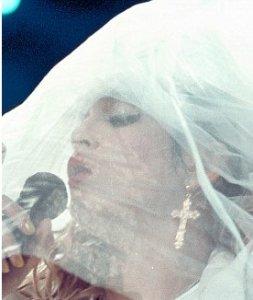 Свадебная фата замотала Мадонну на концерте (видео)