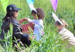 Пасхальные каникулы Ким Кардашьян и ее дочерь в поисках яиц