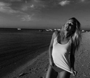 Плоский живот Натальи Рудовой на пикантном фото