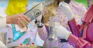 Fergie рекламирует в эротическом клипе водку из России