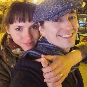 Сергей Безруков со своей женой и новорожденной дочерью отдыхает на даче