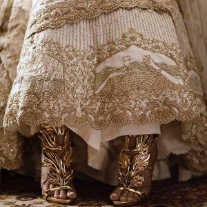 Необычный свадебный наряд невесты, рассказывающий об истории любви