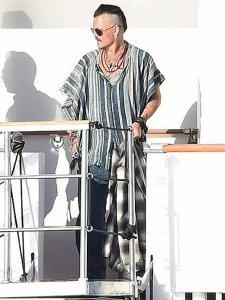 Джонни Депп затягивает бракоразводный процесс и меняет прическу