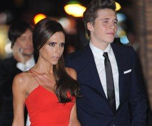 Виктория Бекхэм выглядит молодо в свои 42 года рядом со своим старшим сыном Бруклином