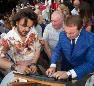 К барельефу «Новой волны» приложили руки Киркоров и Пахомов