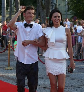 Павел Воля со своей известной женой уезжает из России