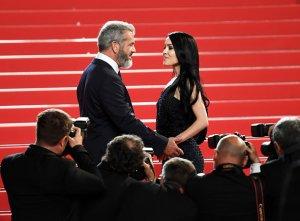 Гибсон появился на церемонии со своей беременной возлюбленной