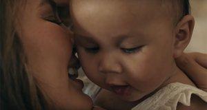 На съемках своего очень душевного клипа Джон Ленджен участвовал со своей женой и дочкой
