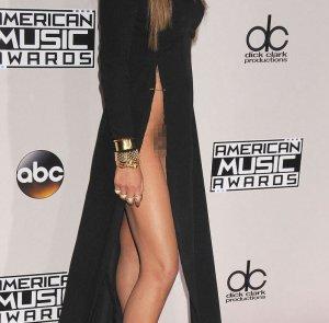 Знаменитая модель Крисси Тейген показала свои прелести на премии