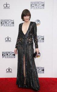 Мила Йовович удивила публику American Music Awards-2016 своим платьем