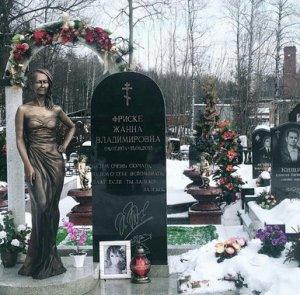 Фанаты Жанны Фриске были шокированы памятником на её могиле