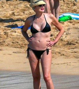 Шэрон Стоун со своим сексуальным телом расхаживала по пляжу