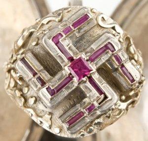 На аукционе выставили знаменитый перстень Гитлера с рубиновой свастикой