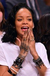 С новой татуировкой Рианна улетела в Бразилию записывать с Шакирой сингл