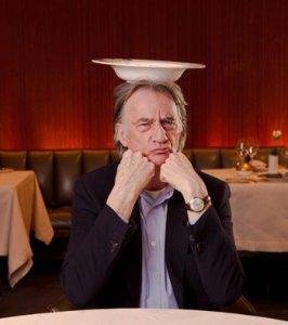 Дизайнер Пол Смит и фарфоровый бренд Richard Ginori выпустили лимитированную серию тарелок для отеля Park Hyatt Milan