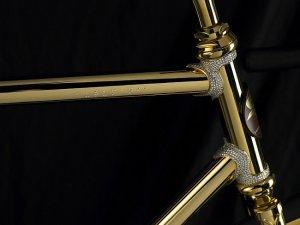 Велосипед из золота и драгоценных камней.