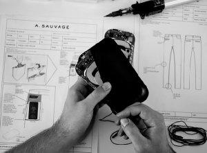 Брюки с функцией беспроводной зарядки смартфона