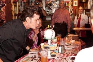 Официант получил от Чарли Шина роскошные чаевые в размере $1000