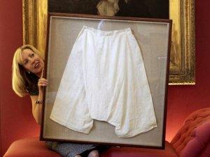 Панталоны и сорочка королевы Виктории выставлены на торги