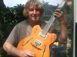 Брат Джона Леннона продает гитару музыканта