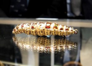 Шелкопряд-робот из золота и бриллиантов