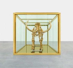 Скандальный художник Хёрст создал золотую скульптуру скелета мамонта