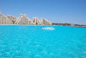 """Гигантский плавательный бассейн """"Кристальная лагуна"""" и развлекательные центры на курорте Чили"""