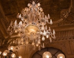 В кристаллах гигантской хрустальной люстры от Baccarat отражается блеск роскоши