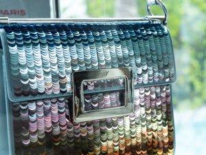 Золотой блеск дамской сумочки пленил модниц на Art Basel Miami Beach