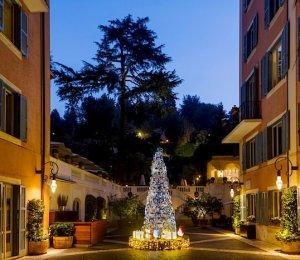 Модный дом Fendi Baguette возвел из сумок пятиметровую елку