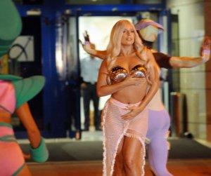 Перформенс в афинском аэропорту от Леди Гага