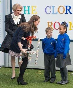 Герцогиня Кембриджская и экстравагантный художник Грейсон Перри открыли арт-студию в начальной школе Barlby в Лондоне