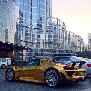 Porsche 918 Spyder, покрытый золотом, стал украшением дорог Саудовской Аравии