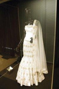 Свадебное платье, украшенное бриллиантами, весит 30 килограмм и стоит $150.000