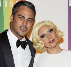 Леди Гага стала невестой и похвасталась роскошным кольцом