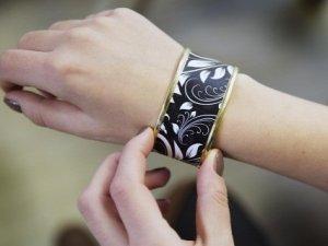 Женский браслет с e-ink дисплеем может создавать узоры по желанию владельца (видео)