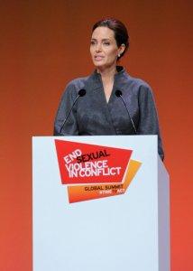 У Анджелины Джоли новое испытание: ей удалили яичники  с обнаруженной злокачественной опухолью