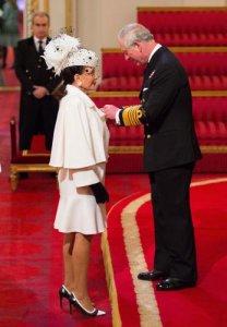 Джоан Коллинз наградили королевским орденом и высоким титулом